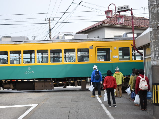 踏切前で電車通過待ち(東三日市駅前)