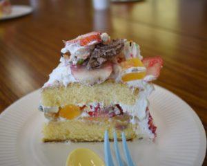 子どもがデコレーションしたケーキ