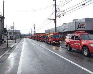 道路に縦列する消防自動車