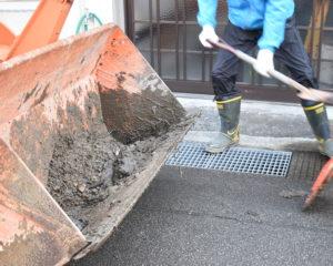 土砂をスコップで集めます