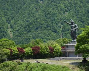 平和の像と広場