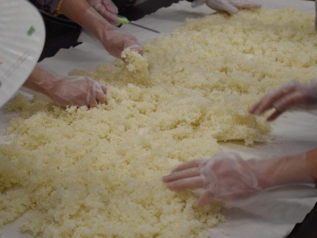 種麹を混ぜ込みます