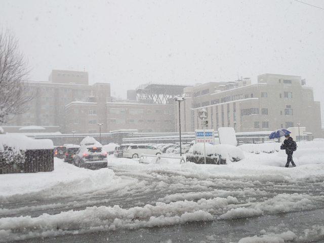 雪の中の市民病院